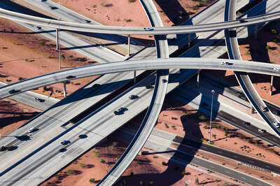 Crisscrossed Highway interchange, Phoenix, Arizona von Alex Maclean