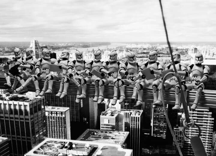 Troopers' atop a Skyscraper de David Eger