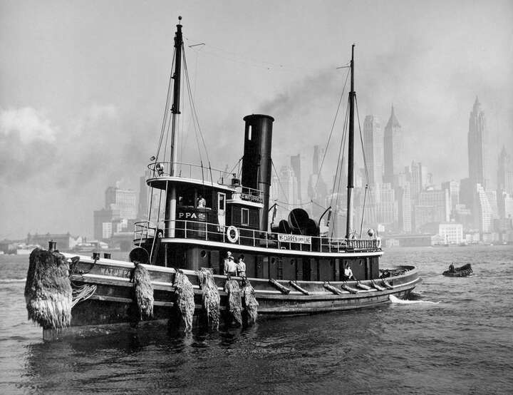 Watuppa, from waterfront, Brooklyn, Manhattan von Berenice Abbott