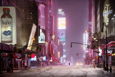 Winterbilder: Man in times square von Christophe Jacrot