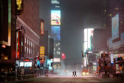 Couple in times square by Christophe Jacrot