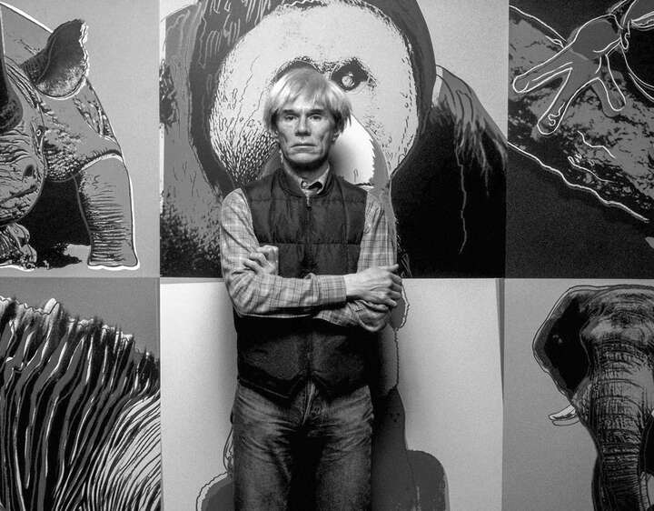 Warhol in front of his Works von Classic Collection I