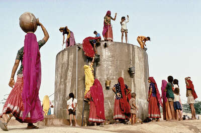 collecting water, Rajasthan von Christopher Pillitz