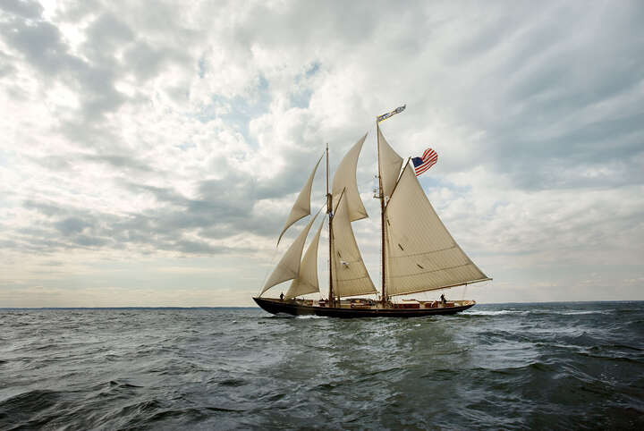 Schooner Virginia Racing on the Chesapeake Bay von Greg Pease