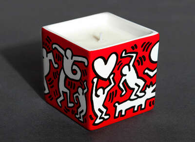Kunstobjekt: WHITE ON RED - Perfumed Candle von Keith Haring