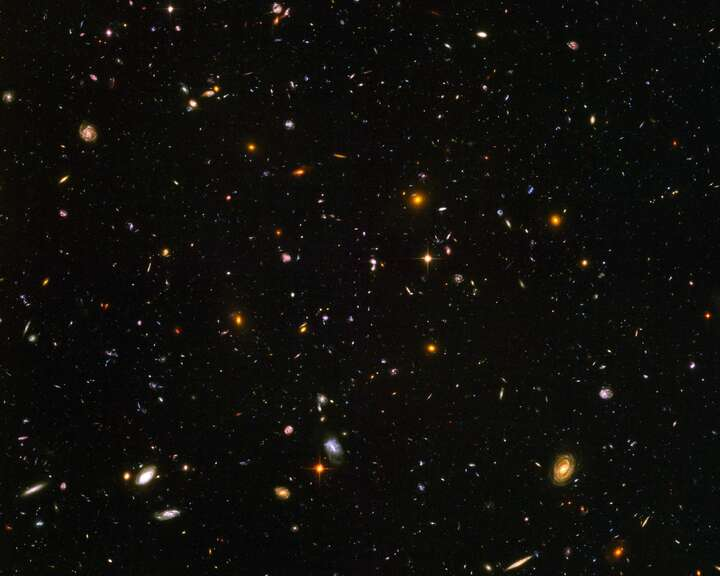 Galaxies galore (NASA/JPL - Caltech) von Hubble Telescope