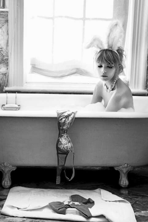 Bunny in Tub de Pamela Hanson | Trunk Archive