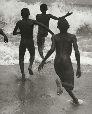 Famous photographers of the 20th century: Martin Munkacsi: Jungen am Ufer des Tanganyika Sees by Martin Munkacsi